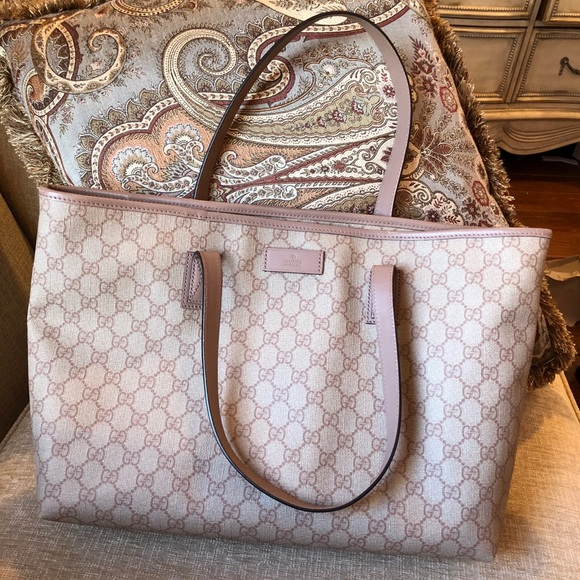 184232ee43905 Gucci Handbags - Gucci gg supreme canvas tote in pink